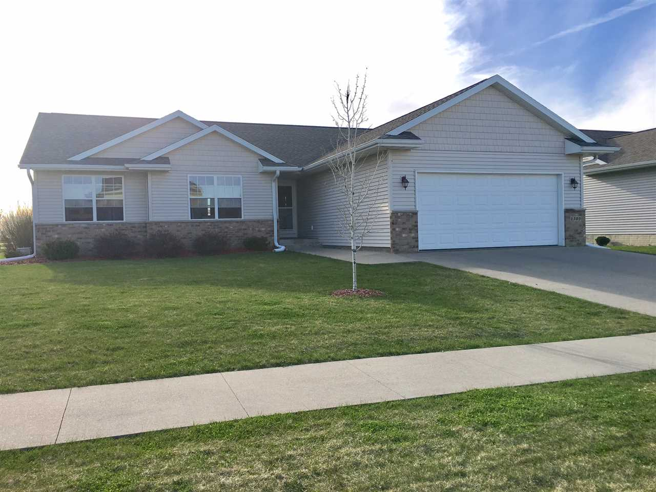 1305 ANTLER DR, North Liberty, IA 52317