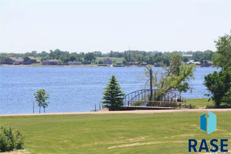 215 Prairie Quay Dr, Lake Norden, SD 57248