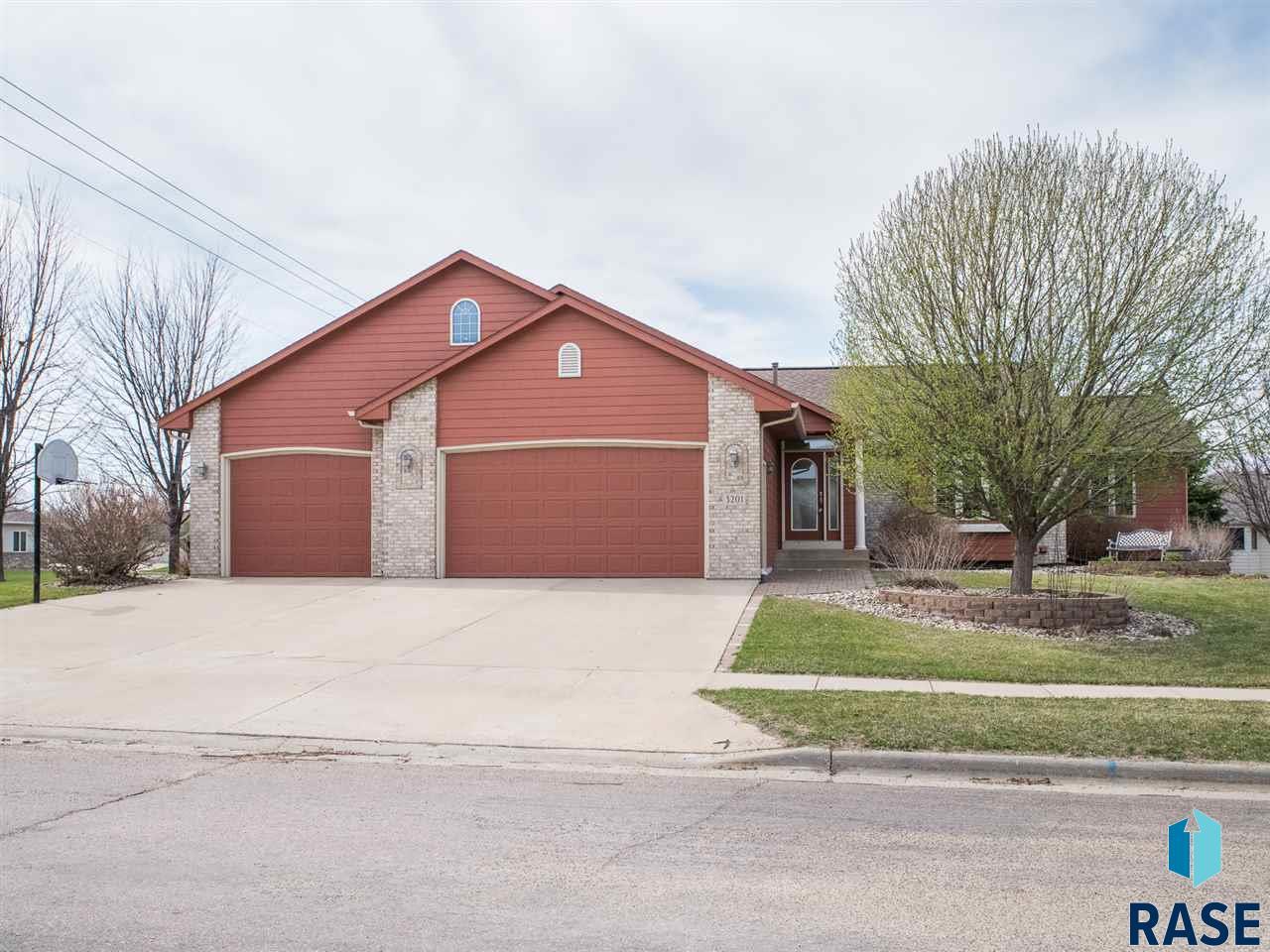 3201 S Bluegrass Ct, Sioux Falls, SD 57103