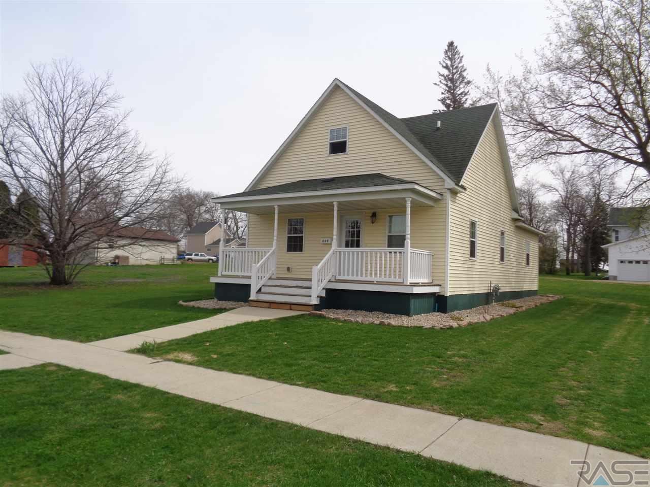 209 E Elm Ave, Flandreau, SD 57028