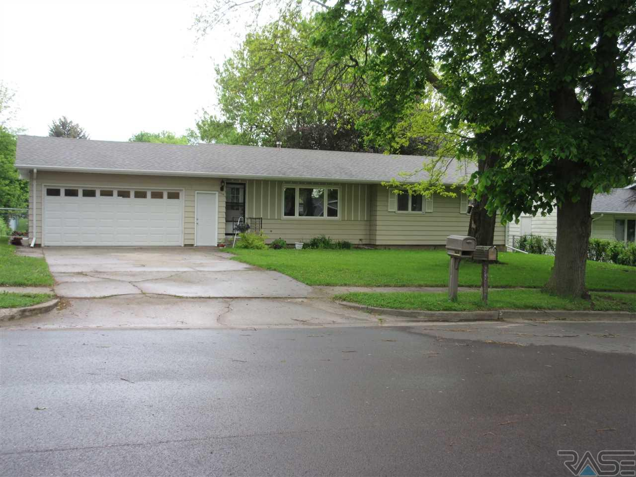 1204 Thresher Dr, Dell Rapids, SD 57022