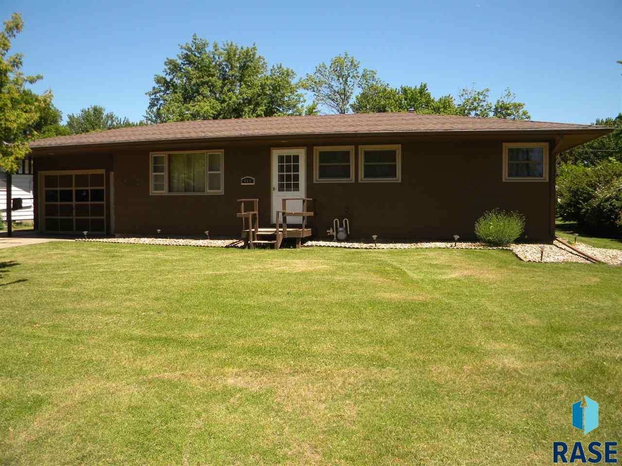 404 N Douglas St, Howard, SD 57349