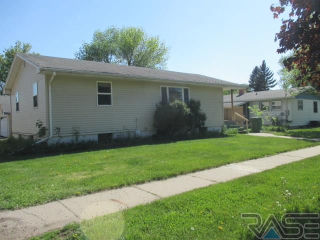 119 7th St W, Brookings, SD 57006