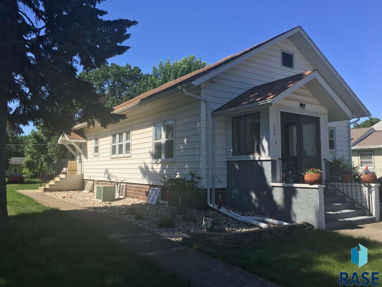 209 W 3rd Ave, Lennox, SD 57039