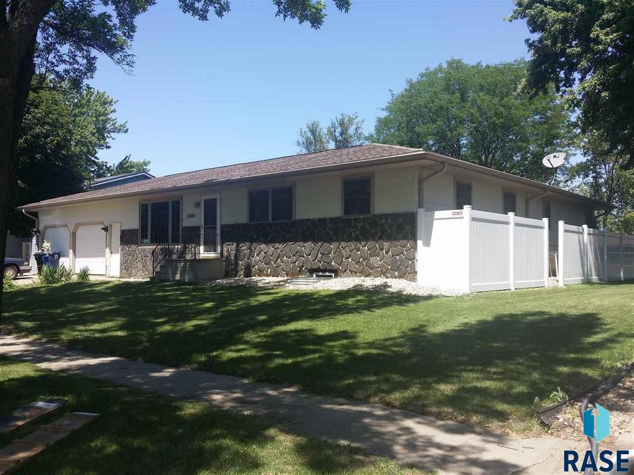 1008 W 2nd Ave, Lennox, SD 57039
