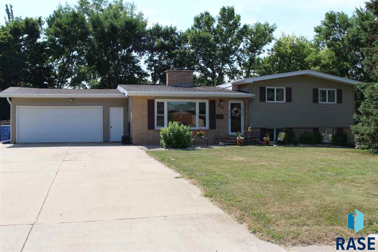 909 N Prairie Ave, Madison, SD 57042