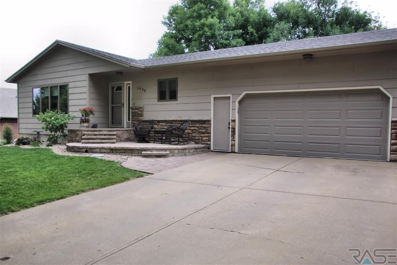 2409 S Chapelwood Ave, Sioux Falls, SD 57110