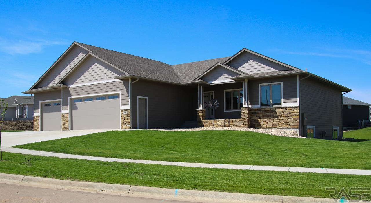 731 Shamrock Dr, Hartford, SD 57033