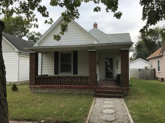 3 BEDROOM, 1 BATH, COTTAGE STYLE HOME. NICE LARGE LIVING ROOM WITH PLENTY OF ROOM TO SIT BACK AND RELAX. AMAZIG KITCHEN WITH LOTS OF COUNTER SPACE AND CABINETS. ALL 3 BEDROOMS ARE A FAVORABLE SIZE. LAUNDRY ROOM ON MAIN LEVEL. DETACHED GARAGE WITH AMPLE ROOM FOR YOUR TOOLS