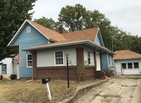 3 BEDROOM, 2 BATH COTTAGE STYLE HOME. NICE COMFORTABLE LIVING ROOM, WITH PLENTY OF SPACE TO RELAX. GREAT KITCHEN WITH PLENTY OF CABINETS AND COUNTER SPACE. ALL 3 BEDROOMS ARE A FAVORABLE SIZE. DETACHED GARAGE WITH AMPLE ROOM FOR STORAGE.