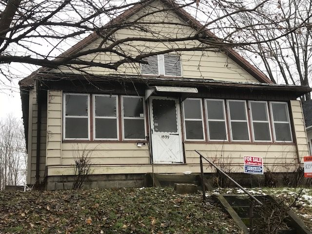 2 BEDROOM, 1 BATH COTTAGE STYLE HOME. HAS A FRONT ENCLOSED PORCH, LARGE LIVING ROOM AND KITCHEN. BOTH BEDROOMS ARE A FAVORABLE SIZE.  THIS IS A GREAT INVESTMENT OPPORTUNITY!!!