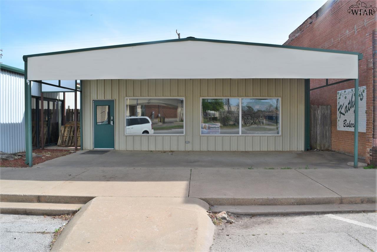 111 W PARK AVENUE, Iowa Park, TX 76367