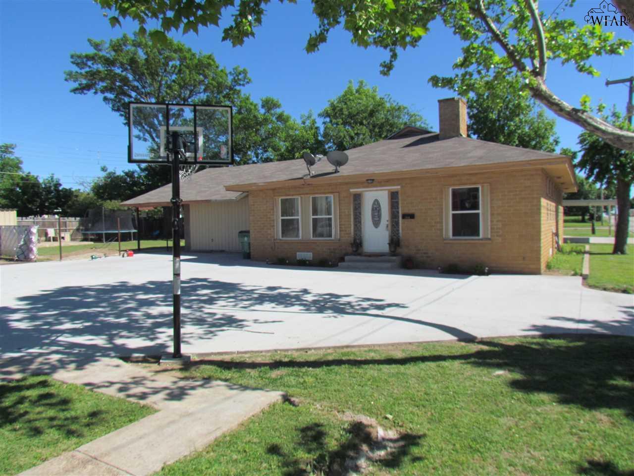 304 S ARCHER, Henrietta, TX 76365