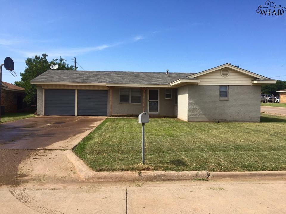 800 VOGEL STREET, Iowa Park, TX 76367