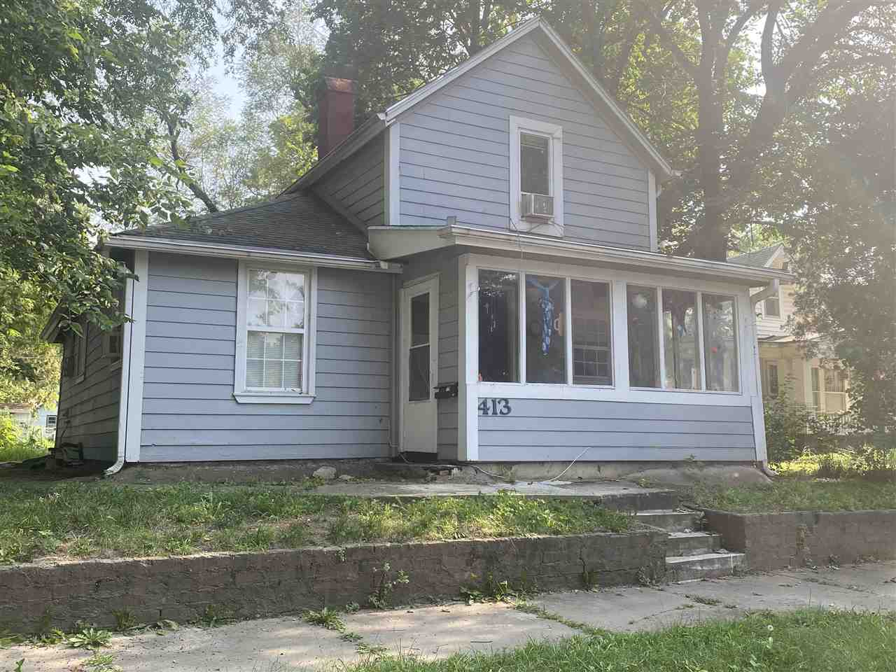 Centrally located affordable home on a full lot with fenced yard.  walk to elementary school and play grounds nearby and shopping at Hy-Vee as well as downtown.  This house priced to sell,  needs  fome tlc but could make a nice entry level home or investment.  24 hr notice required, tenant is moving soon.