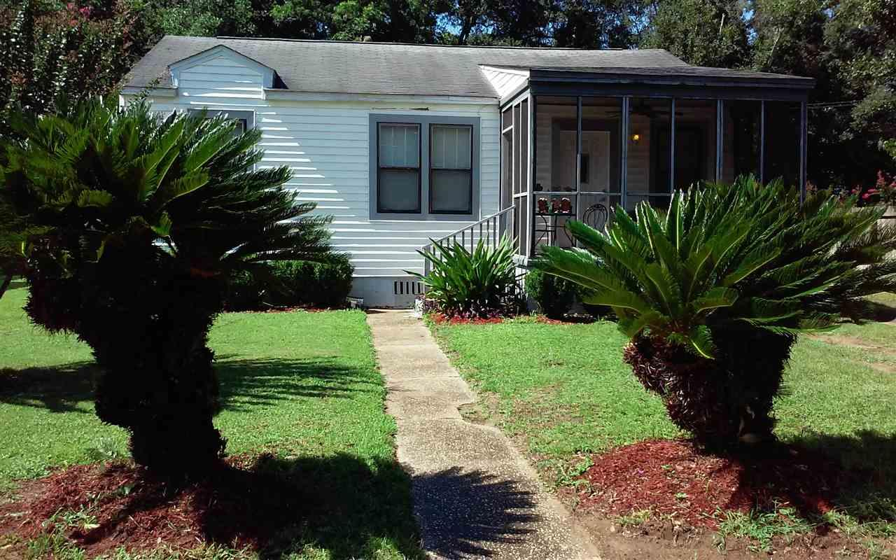 2 Meade Dr, Pensacola, FL 32526