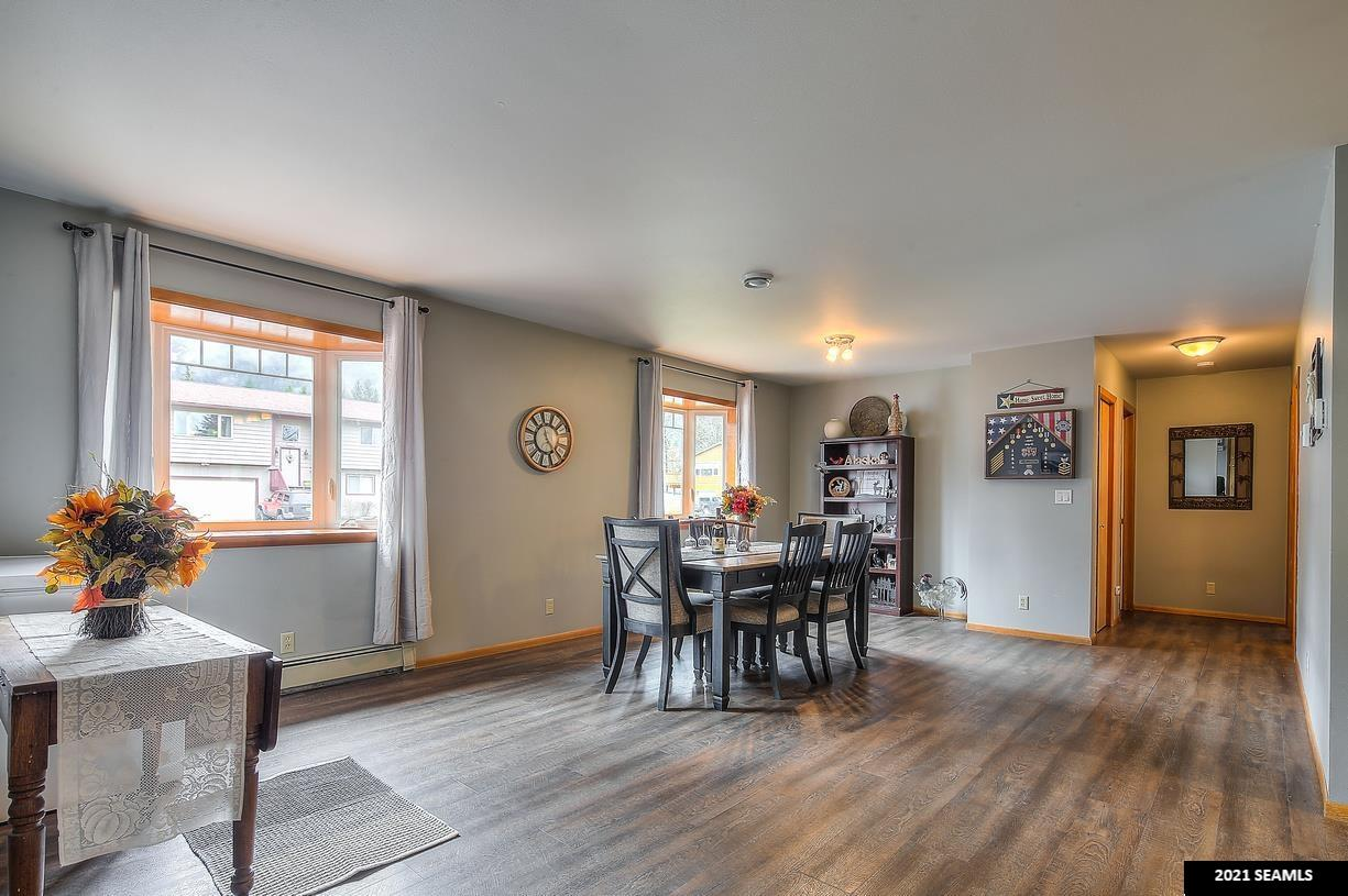 Large dining or extra family room!
